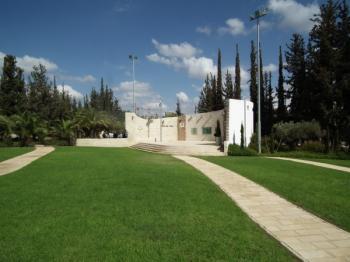תל השומר - אנדרטאות