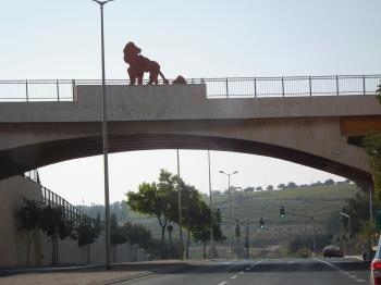 פסל האריה ועיצוב אדריכלי לגשר, צומת לב יפה-ירושלים